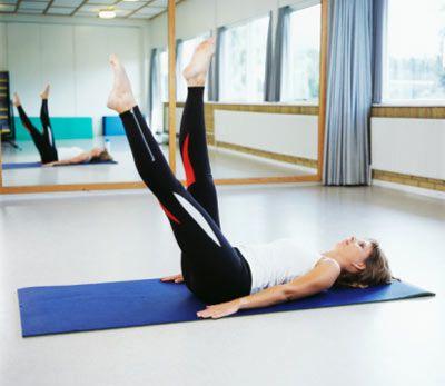 2- Biraz zor olmakla birlikte son derece etkili bir egzersizdir. Ancak hareketi doğru yapabilmen çok önemli.  Bunun için, yere uzan ve bacaklarının ikisini birden tıpkı yüzer gibi yukarı aşağı hareket ettir. Bacaklarını kesinlikle kırmamaya özen göster. Hareketi en az 15 kez tekrarla.
